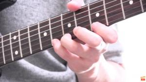 手が小さい,ギター,エレキ,アコギ,クラシック,届かない,方法,フォーム,持ち方,構え方,初心者,ビギナー,指が短い